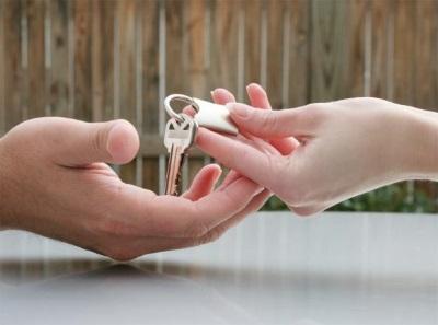 По каким правилам осуществляется продажа квартиры супругу?
