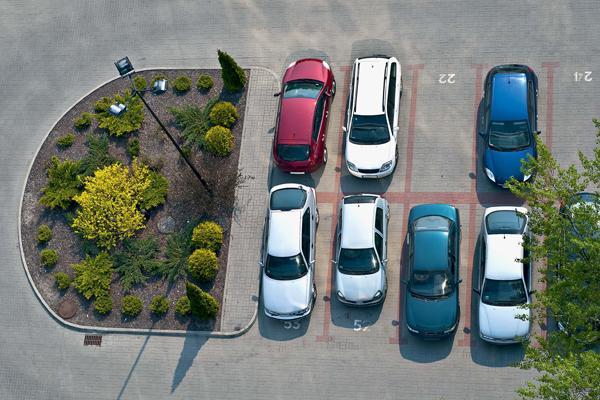 Имеет ли право в дилом дворе без парковычных мест парковаться